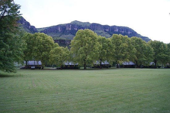 uKhahlamba-Drakensberg Park, Güney Afrika: The main lawn with chalets at the rear.