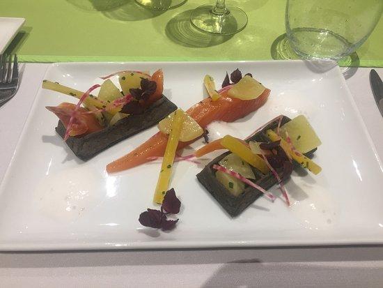 Isneauville, Francia: Le saumon gravlax, gaufre à l'encre de seiche et légumes croquants