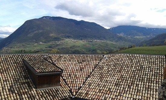 Campodenno, Italien: Veduta di Spormaggiore sopra il Tetto del Castello