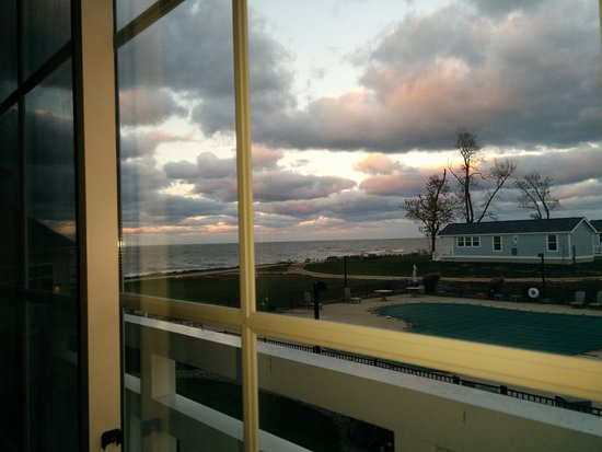 The Lodge at Geneva-on-the-Lake: Sunset overlooking the pool and Lake Erie from Rm 232
