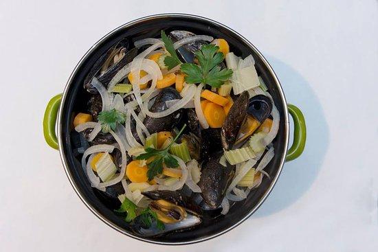 """Stavelot, Belgium: Moules  """"JUMBO"""" aux légumes frais , frites maison"""