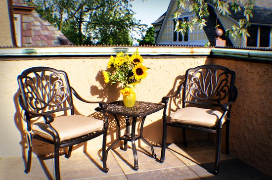 Stone Porch by the Lake: Enjoy your private patio