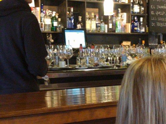 La Treva: la barra del bar totalmente llena de vasos sucios