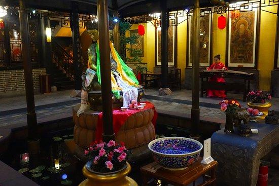 BuddhaZen Hotel : Music in the courtyard
