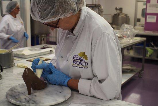 Decoratie van de chocolade is handwerk picture of cadbury world