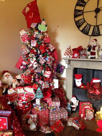 Tenbury Wells, UK: A wonderful Christmas display in Burford House..
