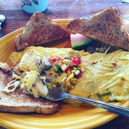 Stow, Массачусетс: A breakfast special, an omelet loaded with fresh vegetables.