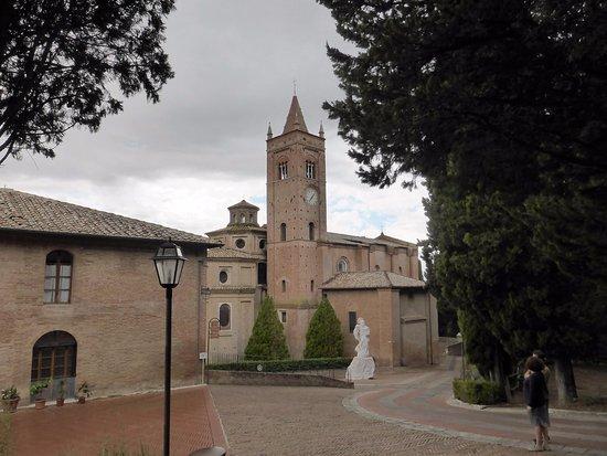 Asciano, إيطاليا: L'abbazia dall'esterno