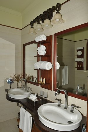 Villa C'est la Vie : Bathroom Sinks and Mirrors - Identical concept can be found in all rooms