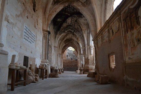 interior de la iglesia del monasterio de piedra