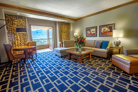Sandia Resort & Casino: The sitting are in our spacious one-bedroom suite!