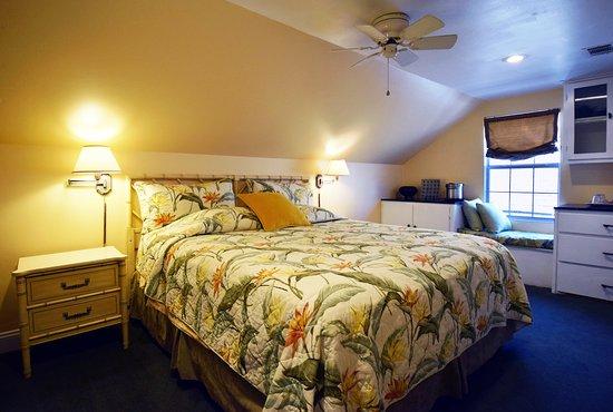 B&W Courtyards: Second Floor Suite Bedroom