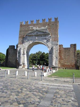 Arco d'Augusto: вид со стороны города
