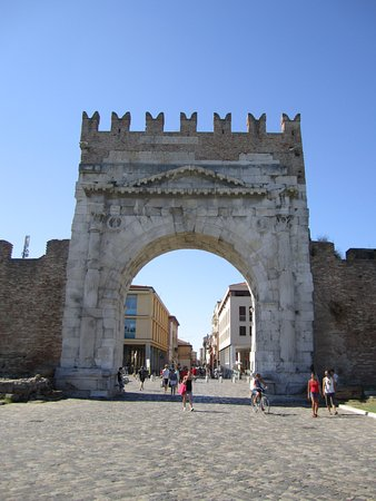 Arco d'Augusto: вид на город