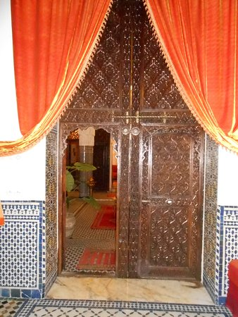 Riad Tayba: Entry off the lobby into large room with double bed and single bed and bathroom