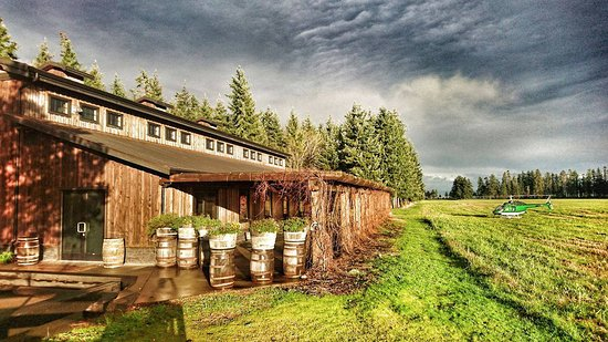 Campbell River, Canadá: The whiskey distillery we touched down at. Helicopter on the right