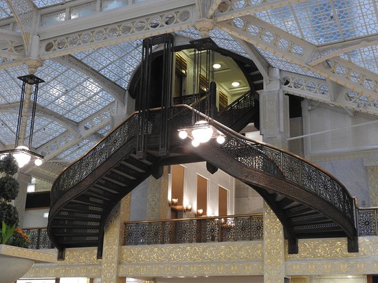 Inside Chicago Walking Tours Rookery Building 1886 Burnham And Root Architects Example Of 1920s Art Deco