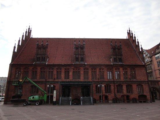 Altes Rathaus: 昼頃には、結婚の儀を祝福する友人たちが入り口の前に一杯