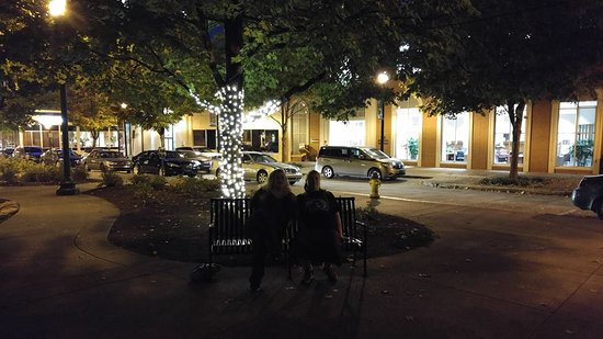 Market Square: Lovely night stroll and beautiful bench sitting