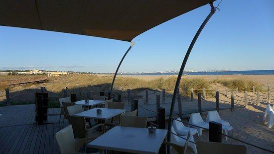 Linda The Beach Bar: Blick aufs Meer von der seitlichen Terrasse
