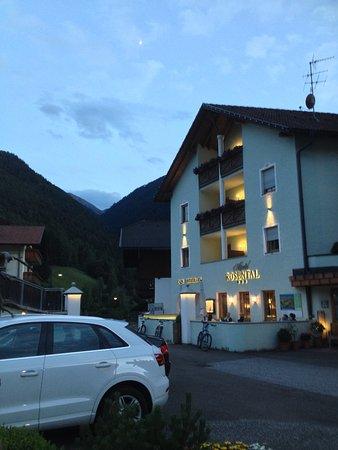 Luson, Włochy: Ansicht von der Strasse mit Aussenbereich/ Bar am Abend