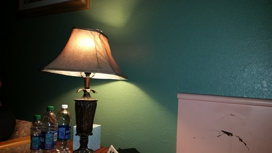 Beach House Motel : Headboard and lamp destroyed - Dirty