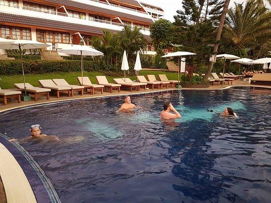 BEST WESTERN Phuket Ocean Resort: 2 pooler fanns det och en liten bar.