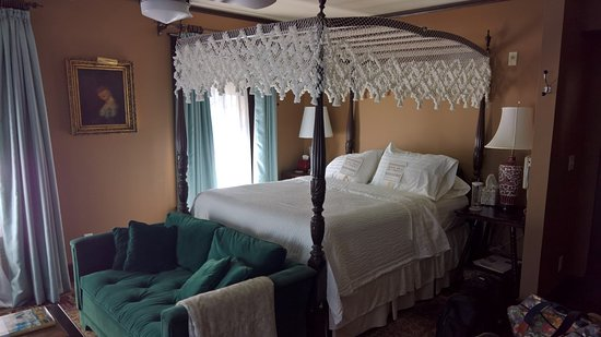 Dickens House Bed and Breakfast: The canopy bed is spectacular