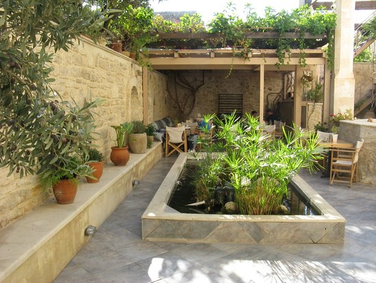 Casa Vitae Hotel: Courtyard and breakfast area