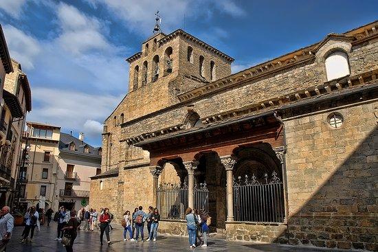 Catedral de San Pedro de Jaca.: fotografía de Catedral de Jaca ...