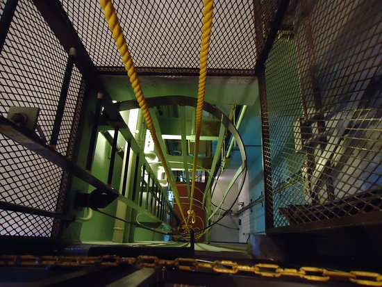 Cooperstown, Dakota du Nord : you can climb down -- no there is a elevator