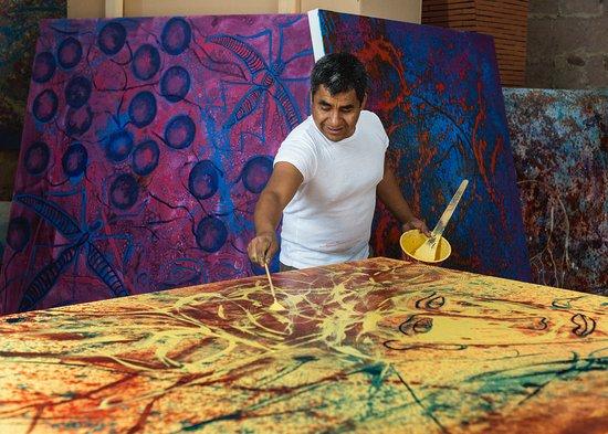 Teotitlan del Valle, เม็กซิโก: Pantaleon Ruiz.Painting on his Studio.