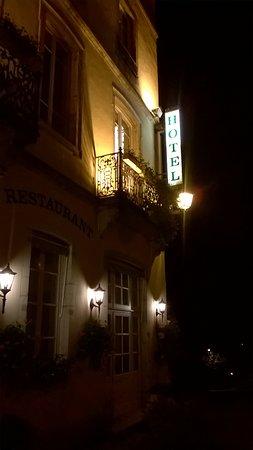 St.-Amour, France: hotelfassade bei nacht