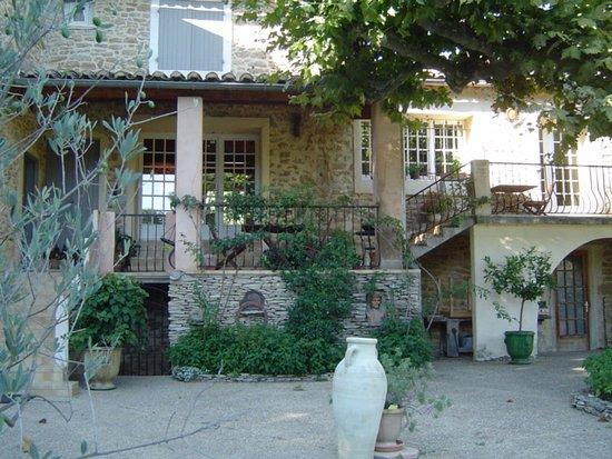 Suze-la-Rousse, France : Façade avec terrasse où l'on peut prendre les repas et petit déjeuner
