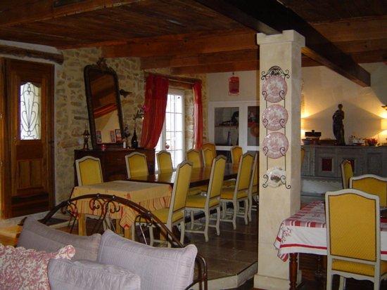 Suze-la-Rousse, France : Salle à manger de style avec salon et grande cheminée