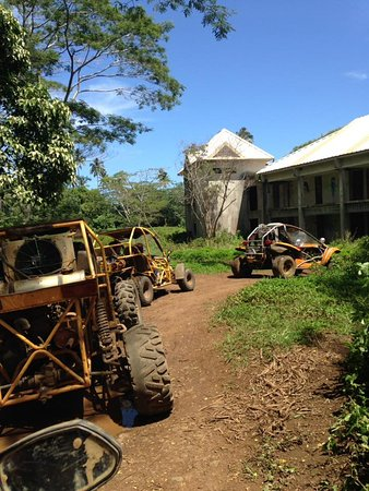 Muri, Islas Cook: Driving around the abandoned sheraton hotel grounds