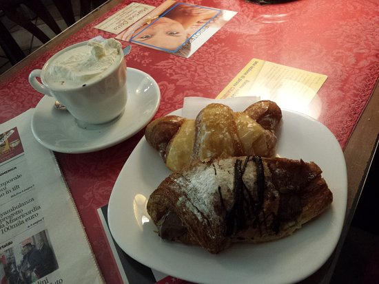 Fucecchio, Italien: Cioccolata con Panna e Paste