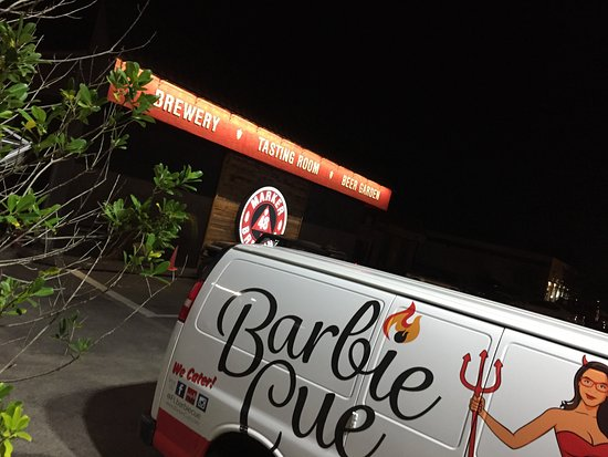 Brooksville, Floryda: Barbie Que food truck delivers your food to the bar