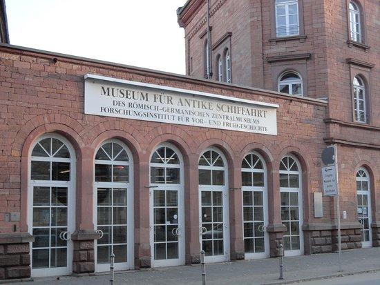 The Museum of Ancient Shipbuilding: 鉄道駅からも近いので、少しの時間で見学できます