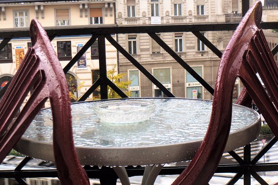 KAROLY Apartment : Балкон под дождем