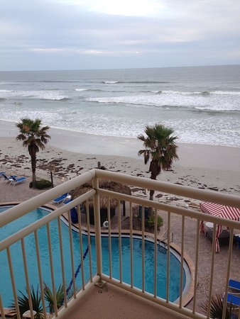 The Shores Resort & Spa: Unusually cloudy day a few weeks after Hurricane Mathew, so beach has some seaweed, but still lo