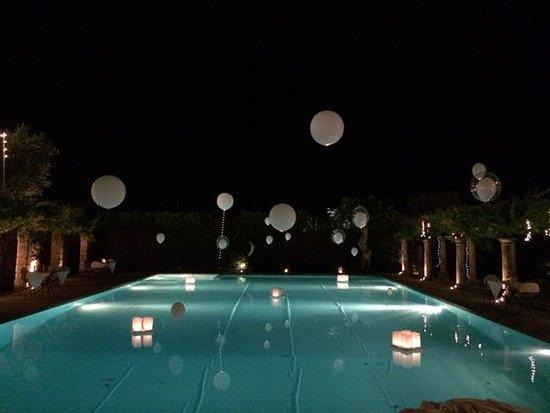 Het leuk versierd zwembad. picture of masseria torre maizza