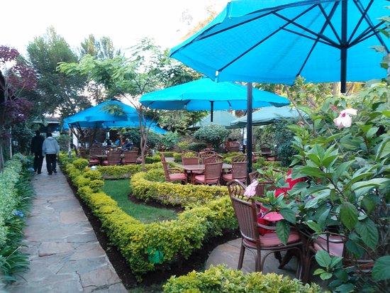 Yejoka garden nairobi restaurant avis num ro de for Pool garden restaurant nairobi
