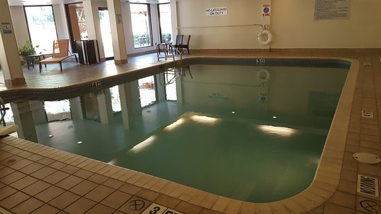 Courtyard Pensacola: Indoor Pool...Heated Room...Pool is just right...not bath water or freezing cold. Tip...slip in