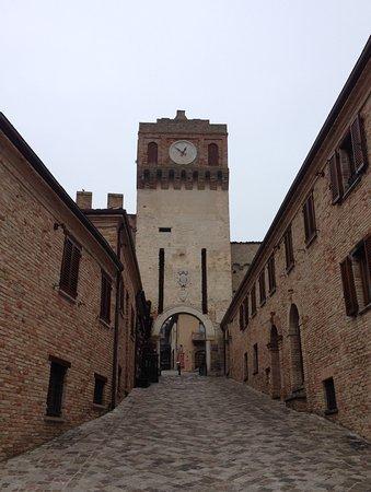 Gradara, Italia: Looking up to the entrance.