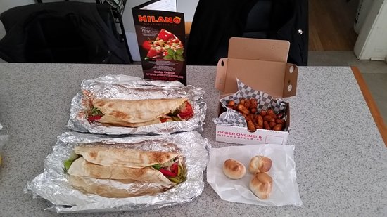 Arnprior, Kanada: Two donairs, deep fried cheese curds w/marinara and some complimentary dough balls!