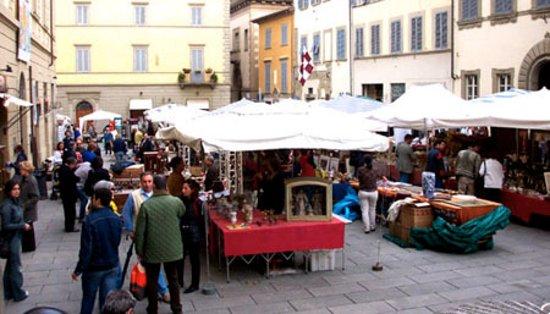Arezzo, Italia: Many sellers, much furniture