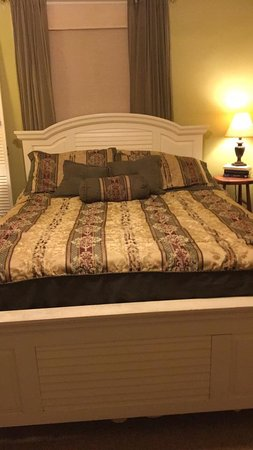 Excelsior Springs, MO: Bed in the Garden Room