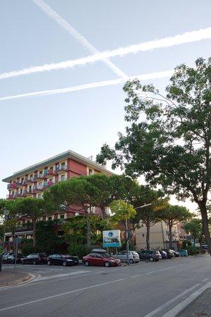Hotel Frank: Вид отеля с автобусной остановки