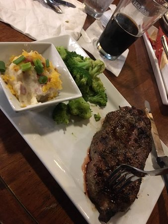 Excelsior Springs, MO: KC Strip steak w/ loaded mashed potatoes & broccoli